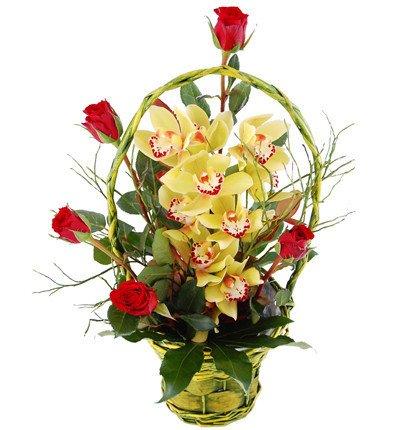 Storczyki i róże w koszu